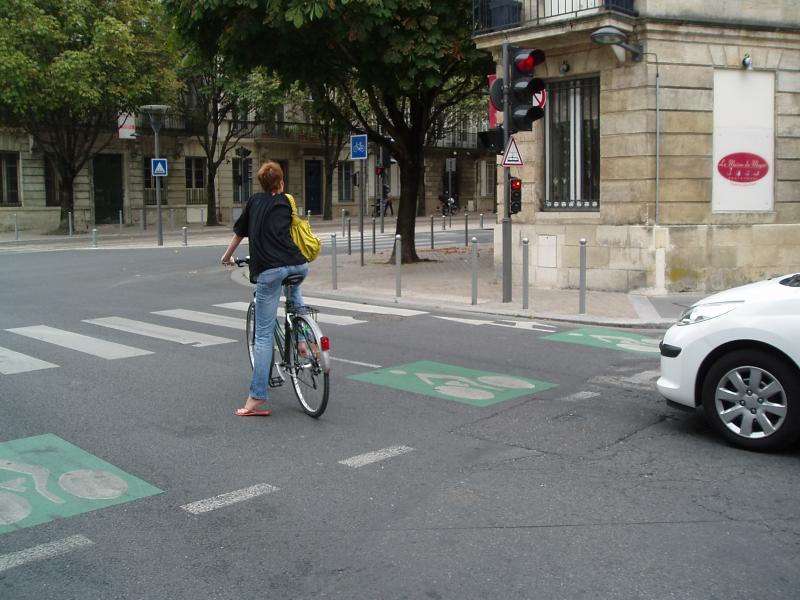 Sas cycliste devant feux de signalisation. Les véhicules motorisés ont l'obligation de s'arrêter devant la ligne discontinue